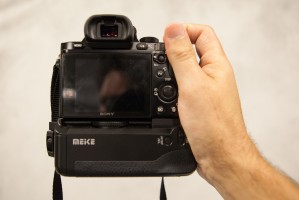 Meike battery grip adds support